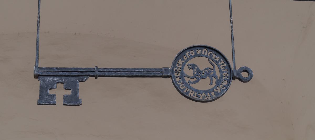 У Великих ворот Псковского кремля. Ключ от Города.