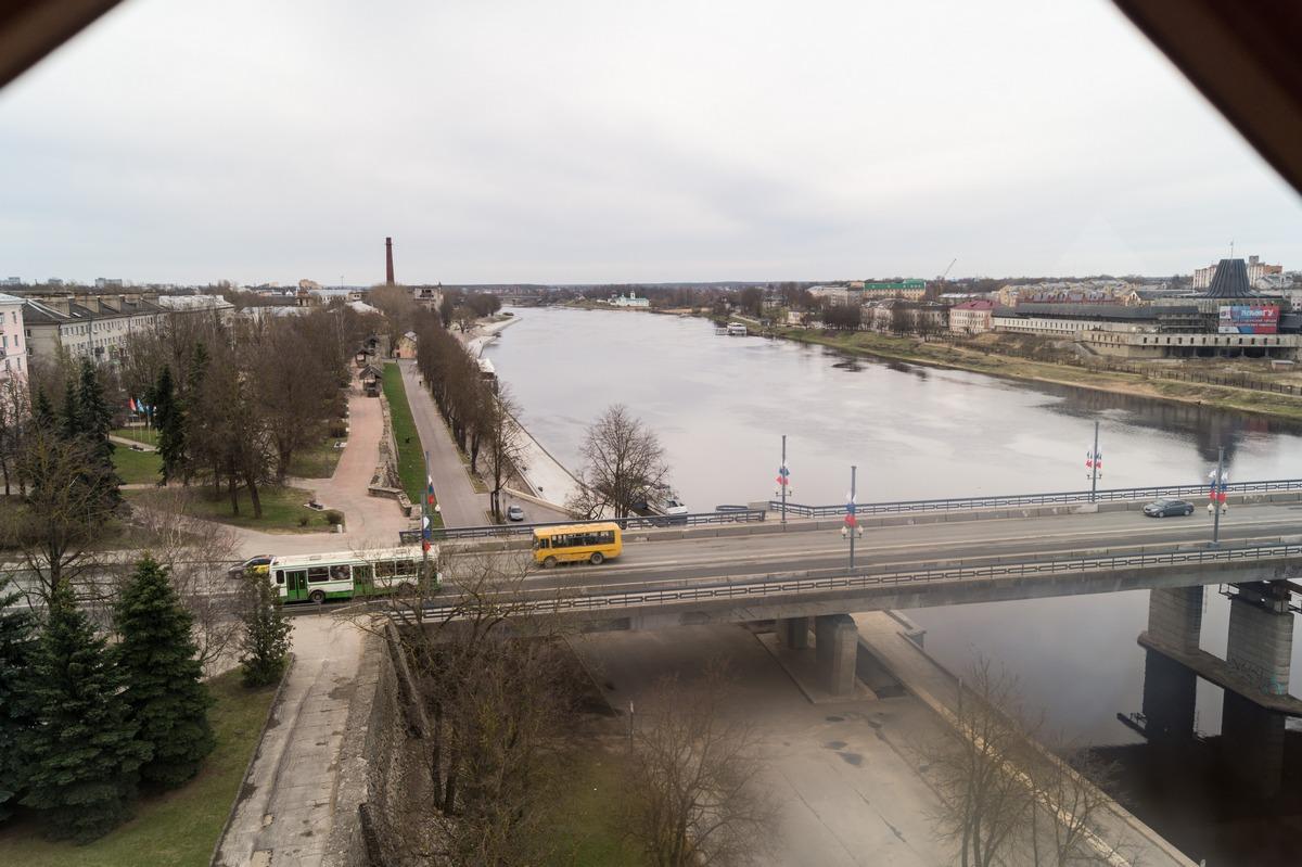 Псков. Власьевская башня. На самом верху. Ольгинский мост и река Великая.