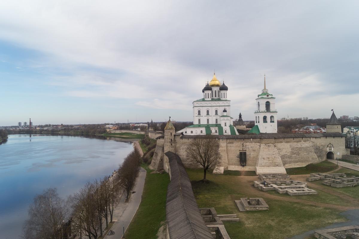 Псков. Власьевская башня. На самом верху. Псковский кремль и река Великая.
