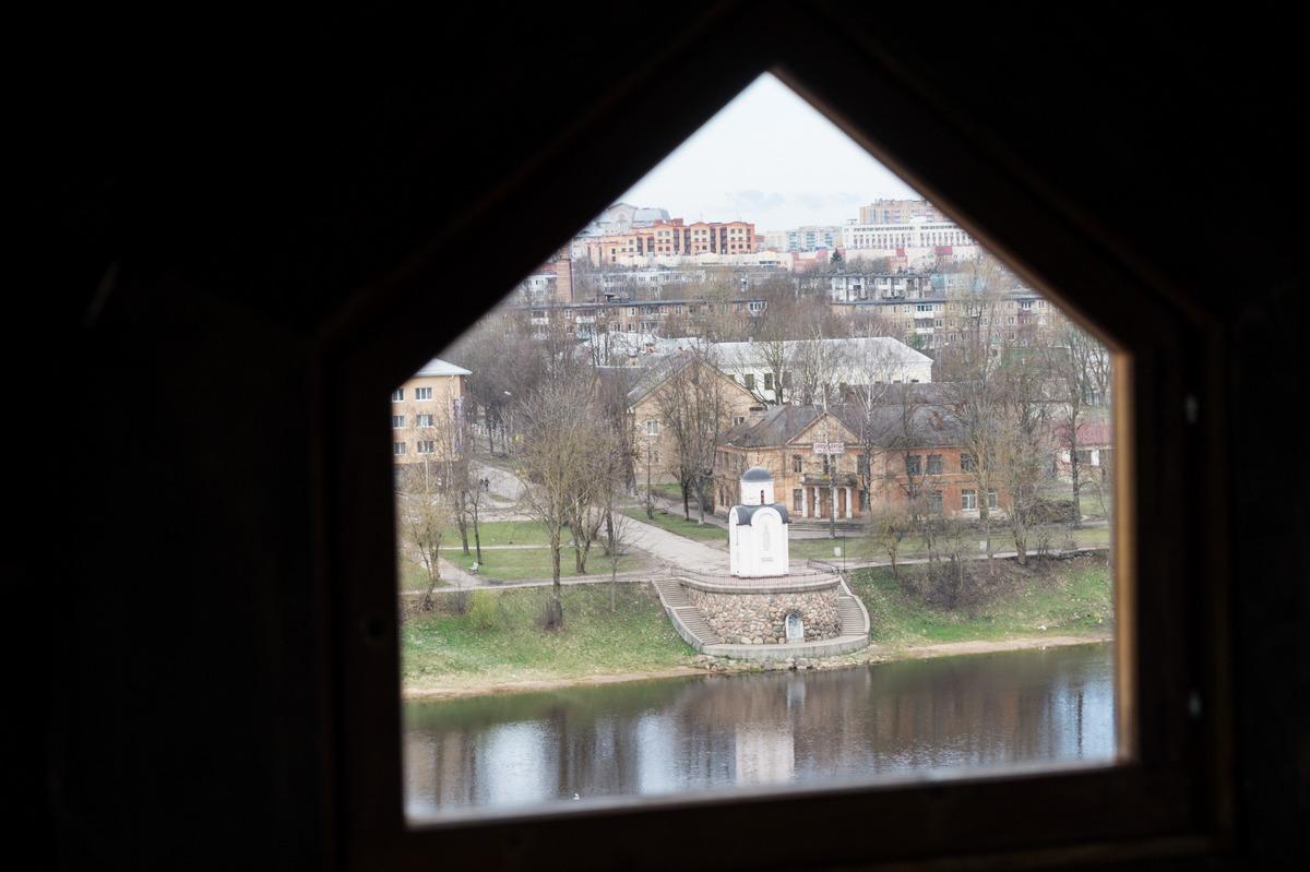 Псков. Власьевская башня. На самом верху. Вид на Ольгинскую часовню.