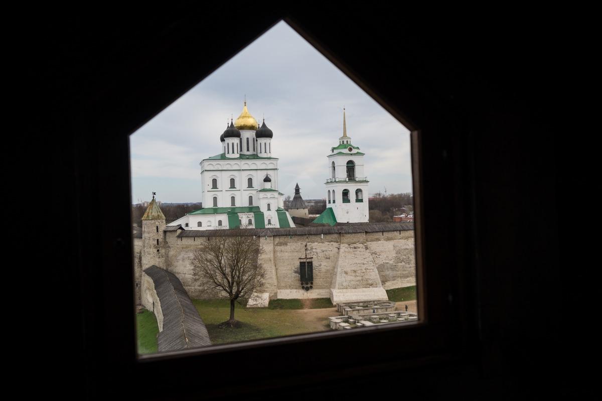 Псков. Власьевская башня. На самом верху.  Стена Псковского кремля и  Троицкий собор.