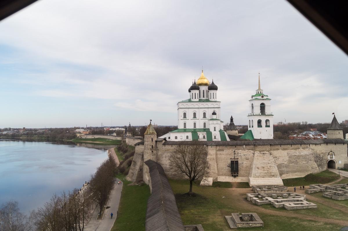 Псков. Власьевская башня. На самом верху.  Стена Псковского кремля, Довмонтов город, Троицкий собор и река Великая.