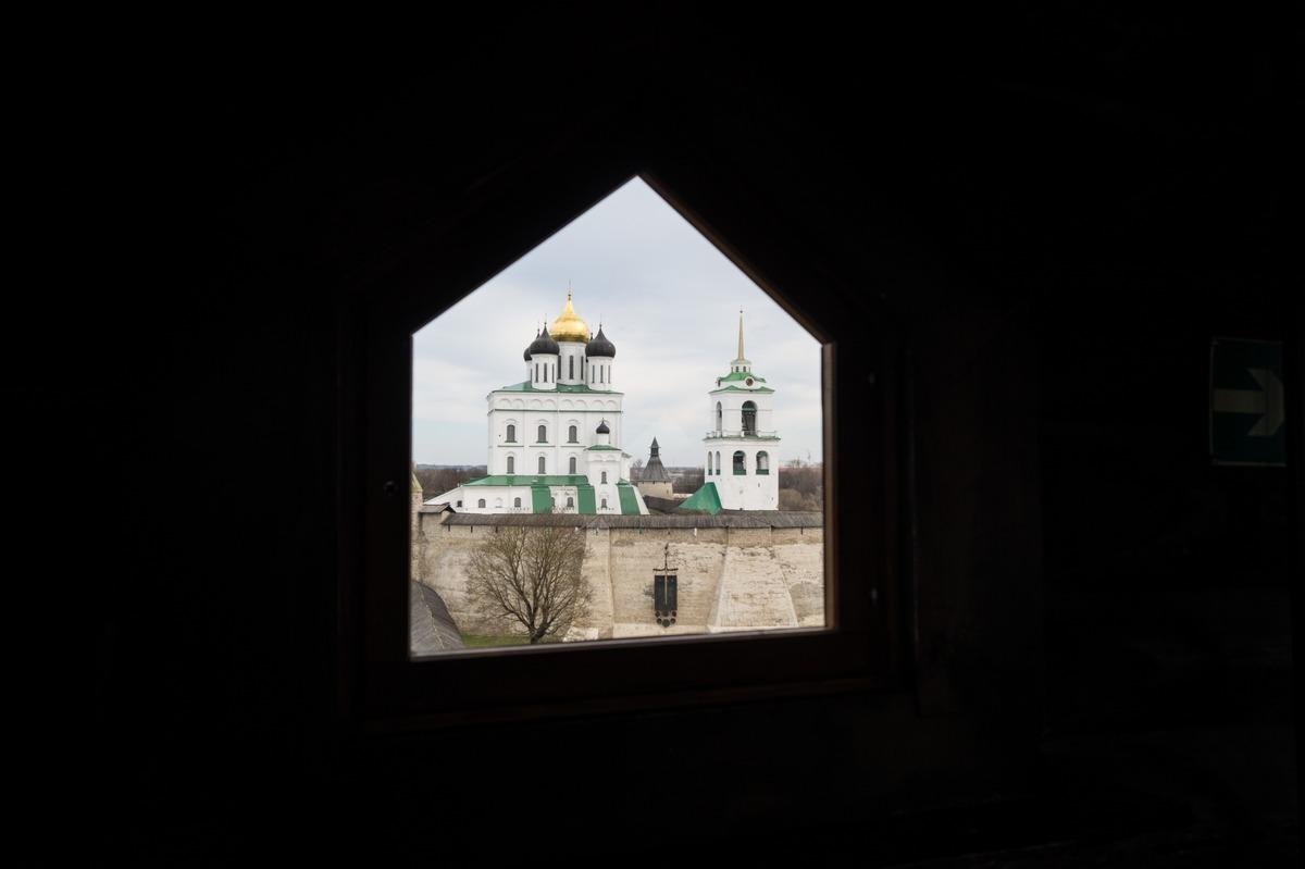 Псков. Власьевская башня. На самом верху. Троицкий собор за стенами Кремля.