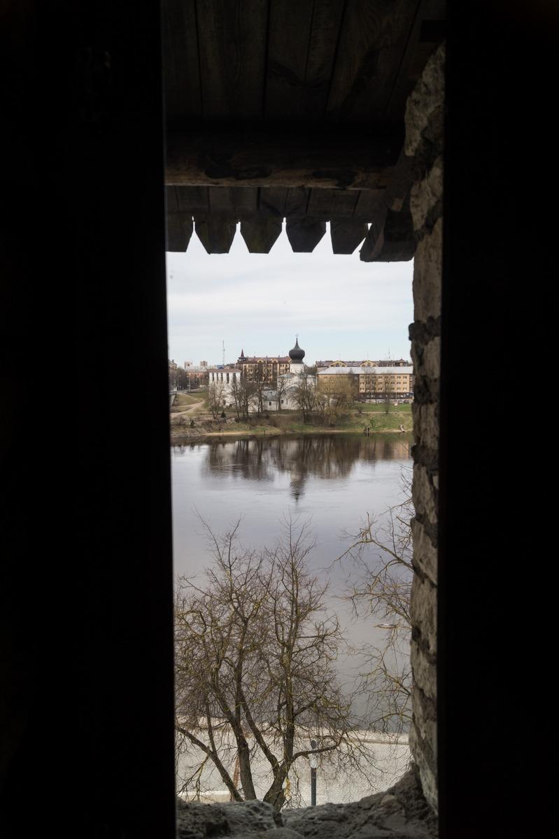 Псков. Власьевская башня. Вид на Великую и другой берег реки.
