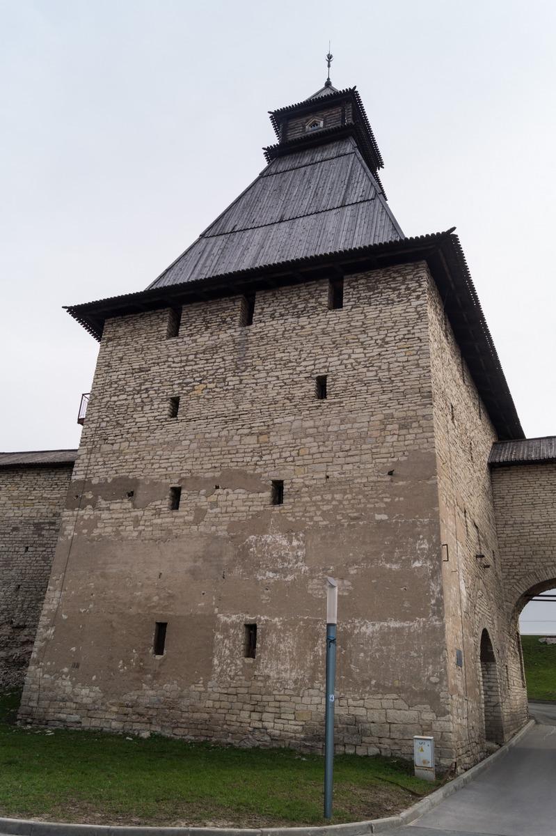 Псков. Воссозданная Власьевская башня Окольного города Псковской крепости.