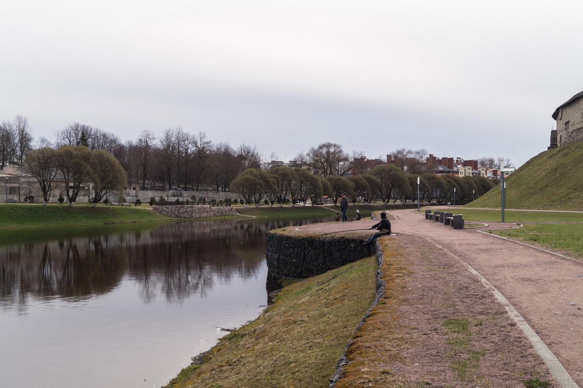 У Псковского кремля. На набережной Псковы.