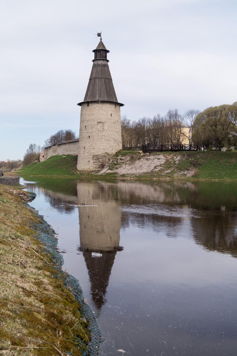 У Псковского кремля. На набережной Псковы. Башня Окольного города на другой стороне реки.