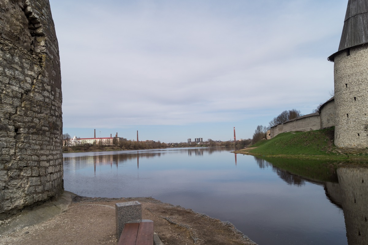 У Псковского кремля. Там, где Пскова впадает в Великую.