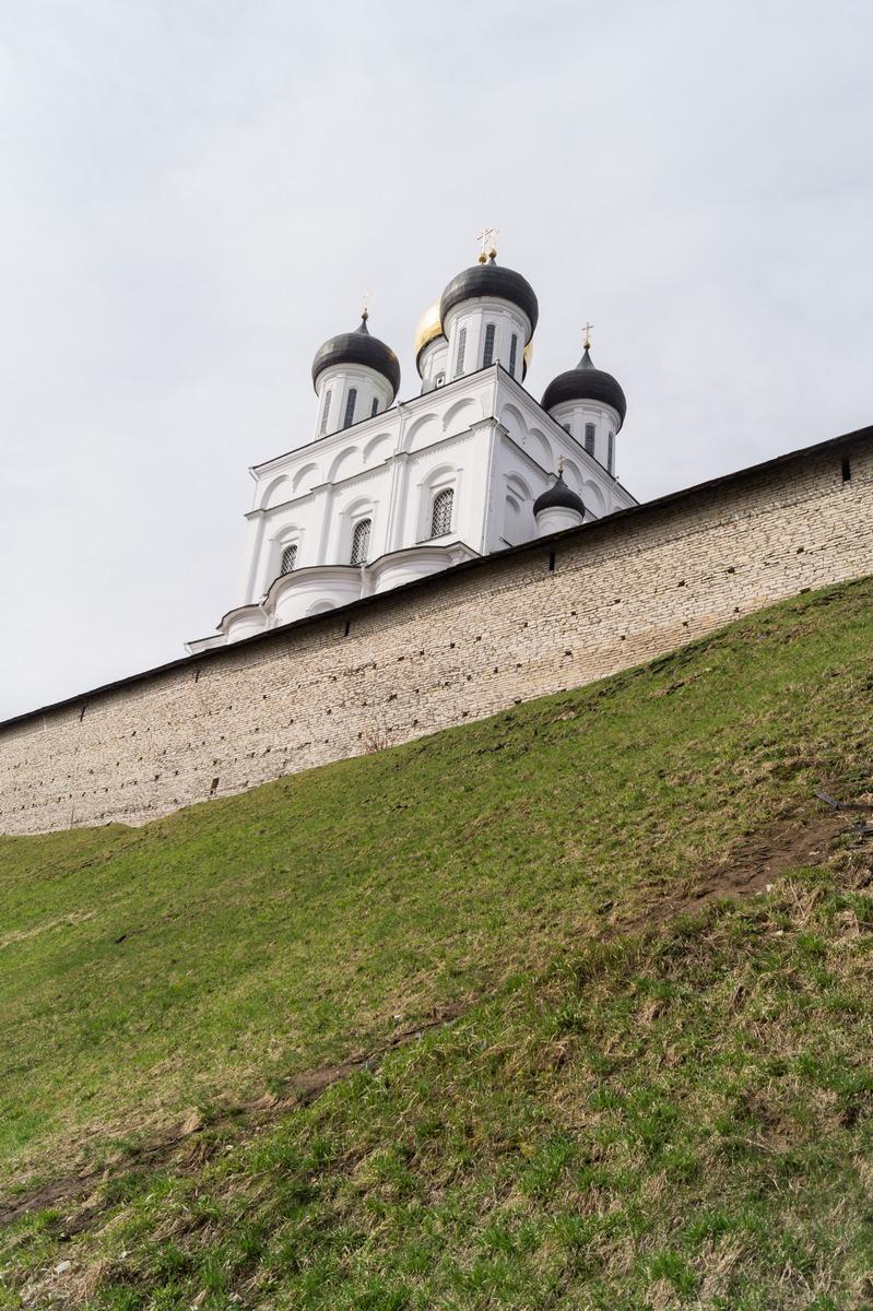 У Псковского кремля. На набережной Псковы. Купола Троицкого собора.