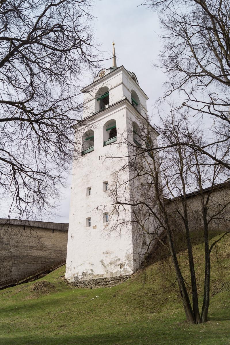 У Псковского кремля. На набережной Псковы. Колокольня  Троицкого собора.