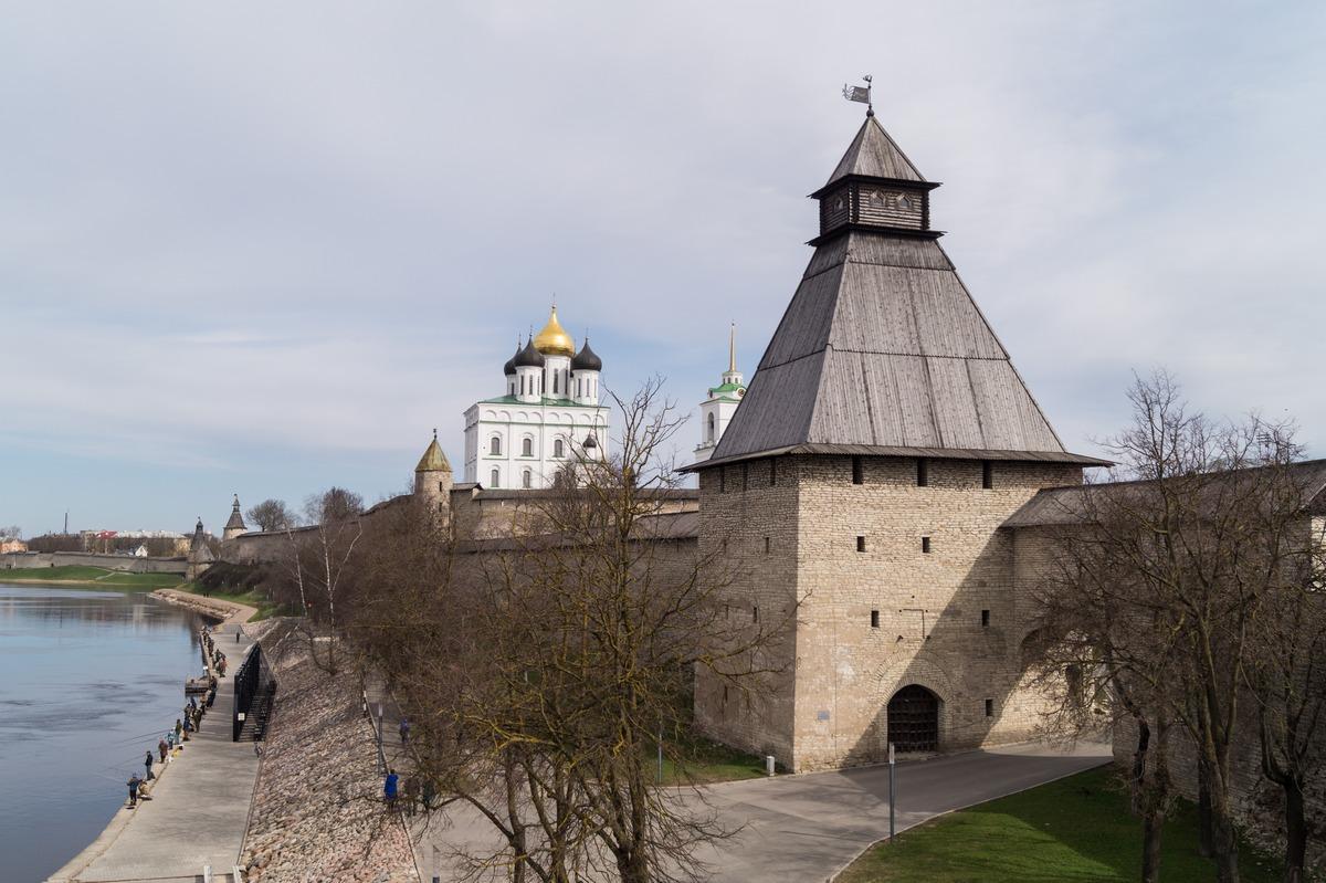 Псковский кремль. Вид с Ольгинского моста.
