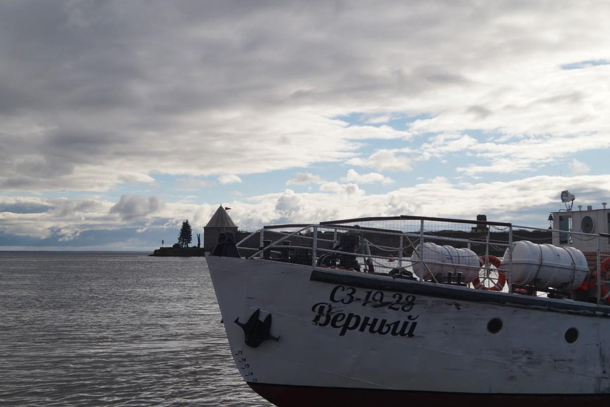 Пристань Петрокрепость. Теплоход Верный доставит нас до острова.
