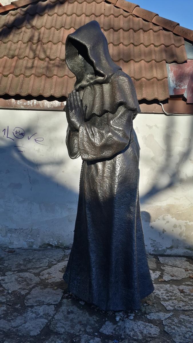 Таллин. Сад Датского короля у старых крепостных стен. Монах.