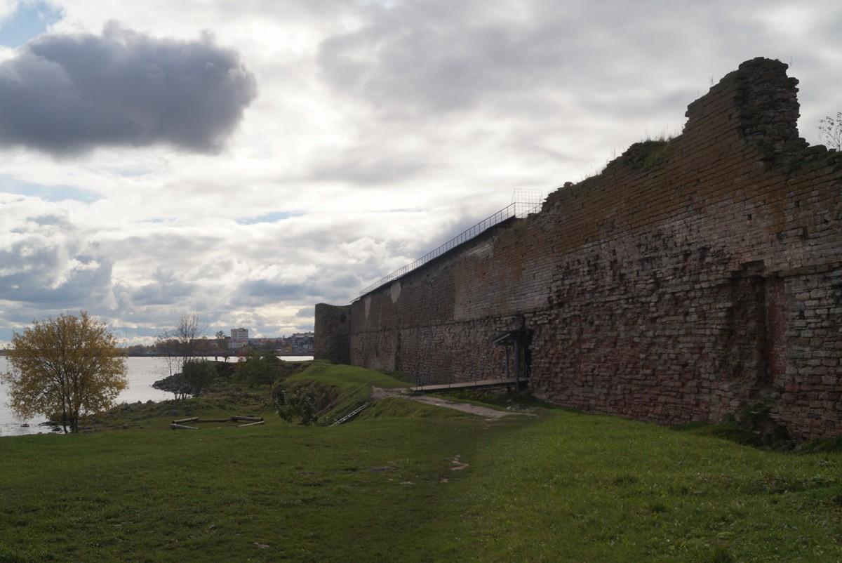 У стен крепости Орешек. Октябрь.
