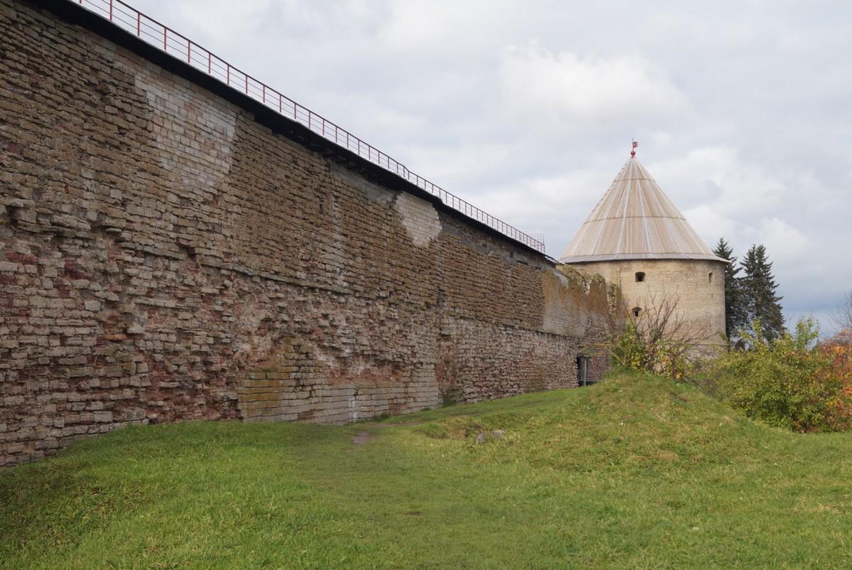 У стен крепости Орешек. Октябрь. Вид на Королевскую башню.