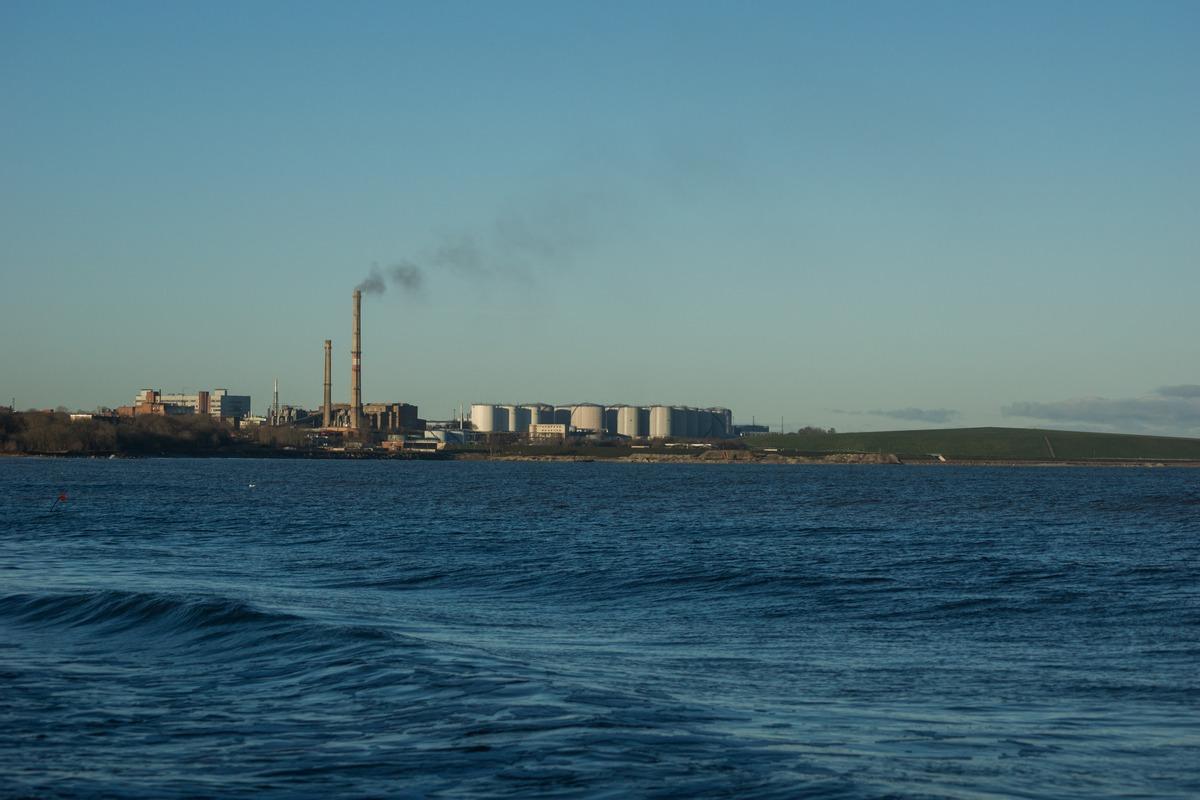 Эстония. Силламяэ. На Заливе. Вид на завод Silmet.