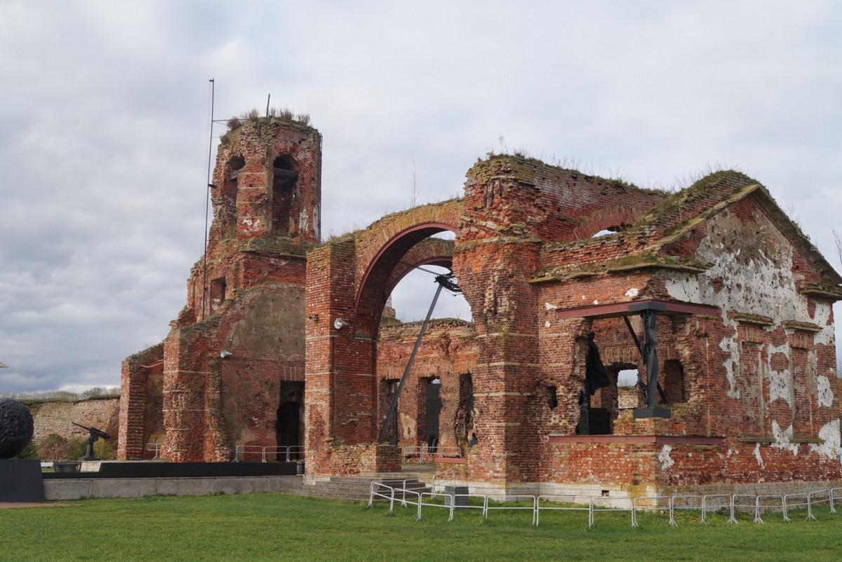 Разрушенный в годы войны Иоанновский собор в Шлиссельбургской крепости Орешек.