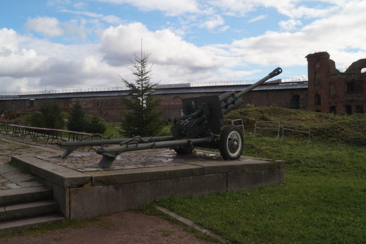 Крепость Орешек. Зенитное орудие у мемориала в Иоанновском соборе.