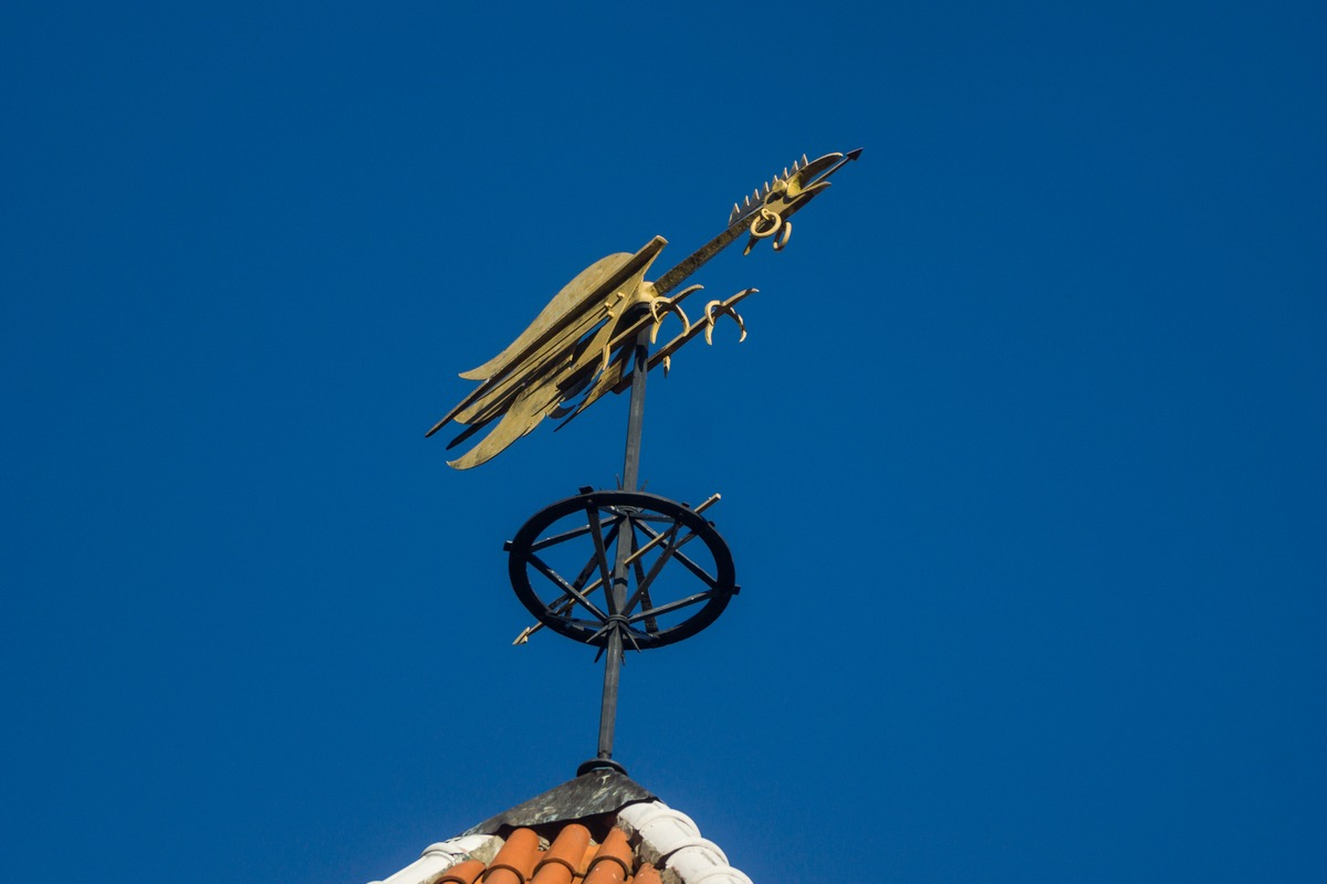 "Таллин. Надвратная башня Пикк-Ялг. Флюгер ""Петух"". Символ бдительности."