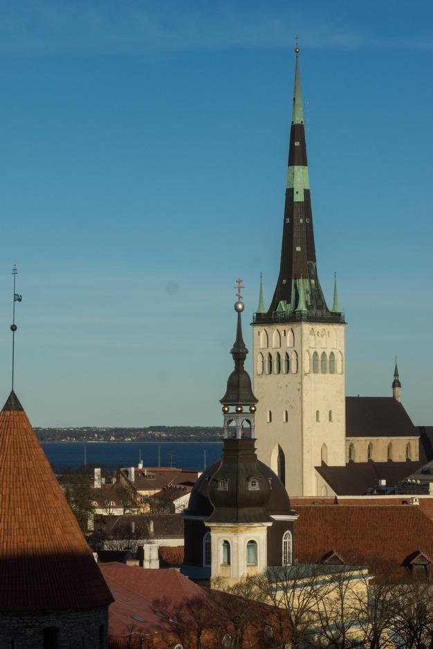 Таллин. Шпиль церкви Олевисте. И вид на Залив.