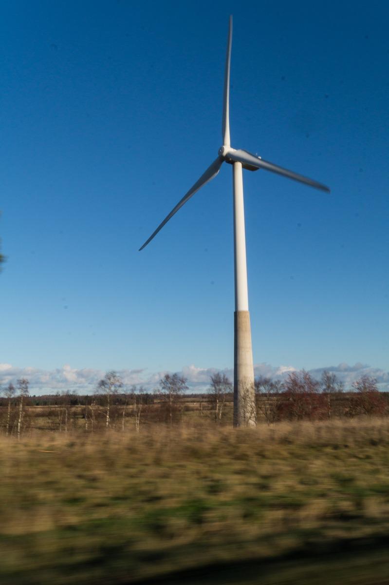 Эстония. Ветрогенератор.