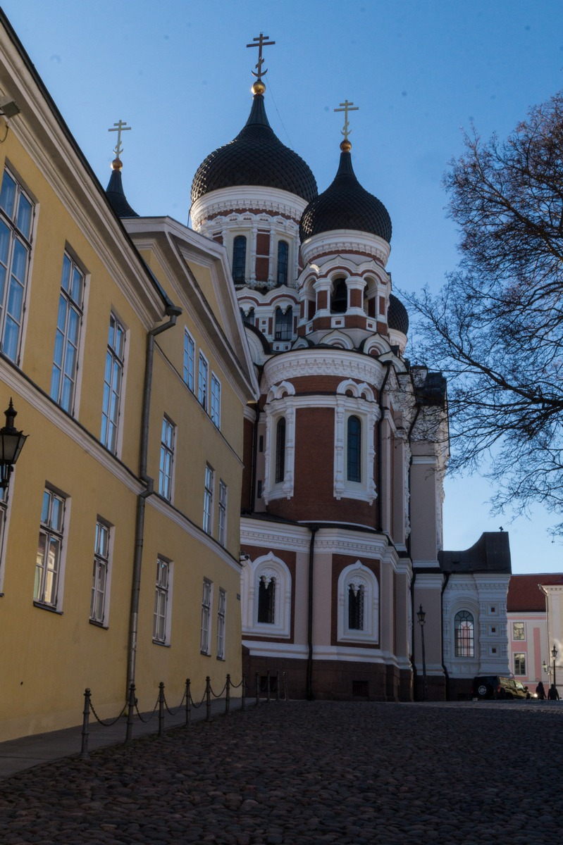 Таллин. На улице Пикк Ялг. У собора Александра Невского.