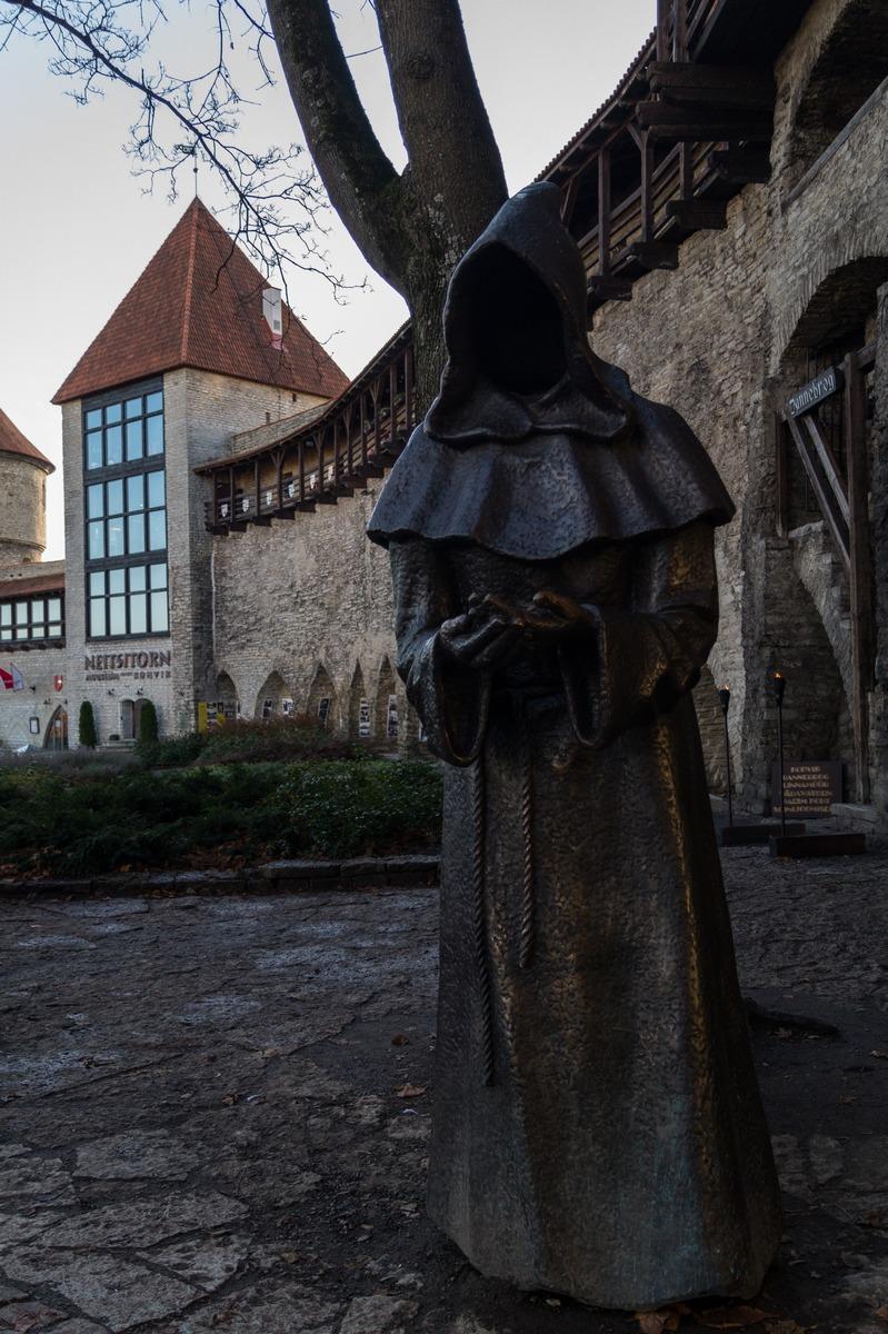 Таллин. Сад Датского короля у старых крепостных стен. Монах. И вид на Девичью башню.