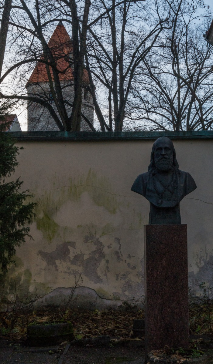 Таллин. Бюст епископа Платона во дворе Преображенской церкви.