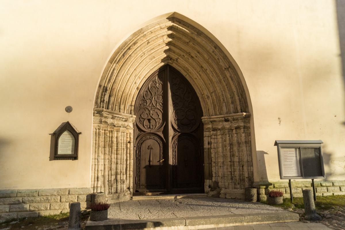 Таллин. Двери церкви Олевисте.