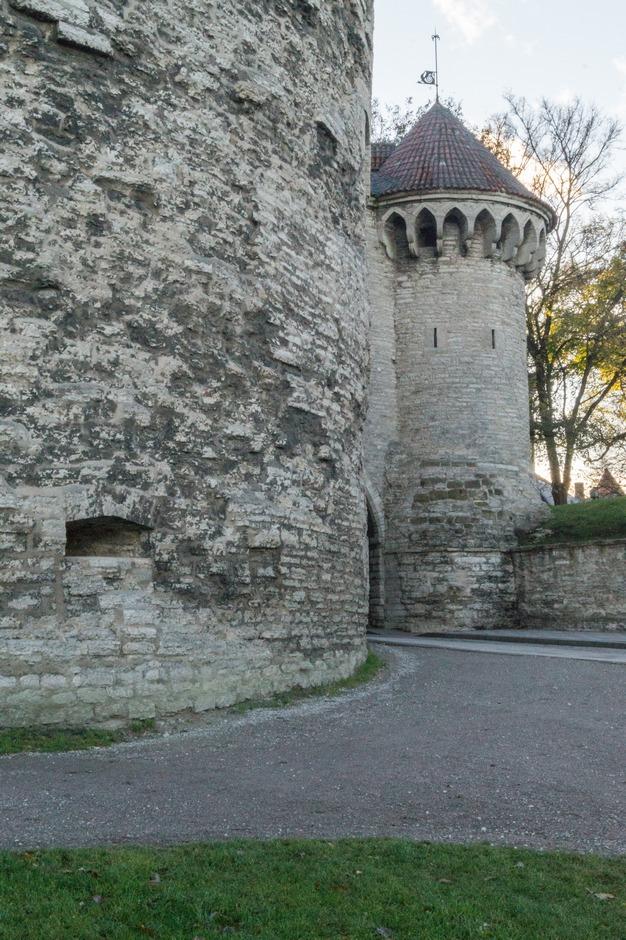 Таллин. У старых крепостных стен. У Больших Морских ворот.