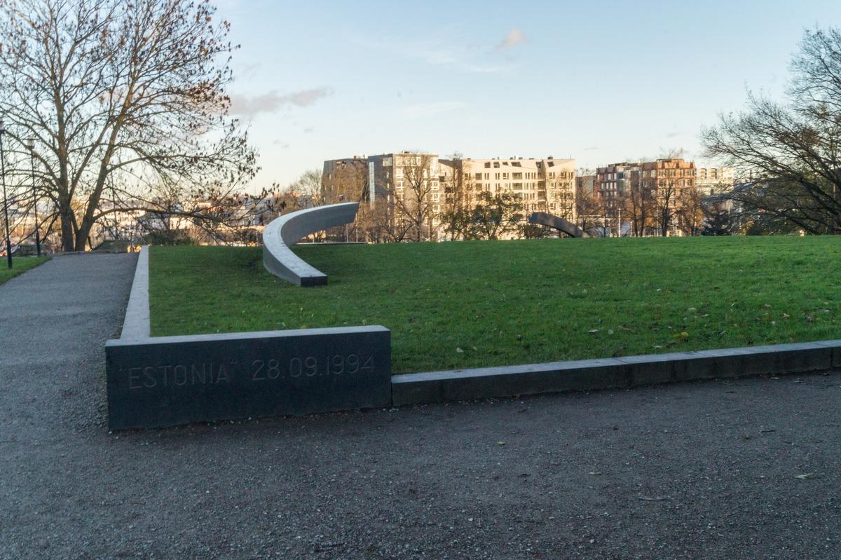 """Таллин. У мемориала """"Прерванная линия"""" в память жертвах крушения парома """"Эстония"""" в сентябре 1994 года."""
