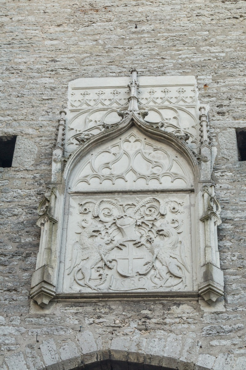 Таллин. Малый герб города над Большими Морским воротами.