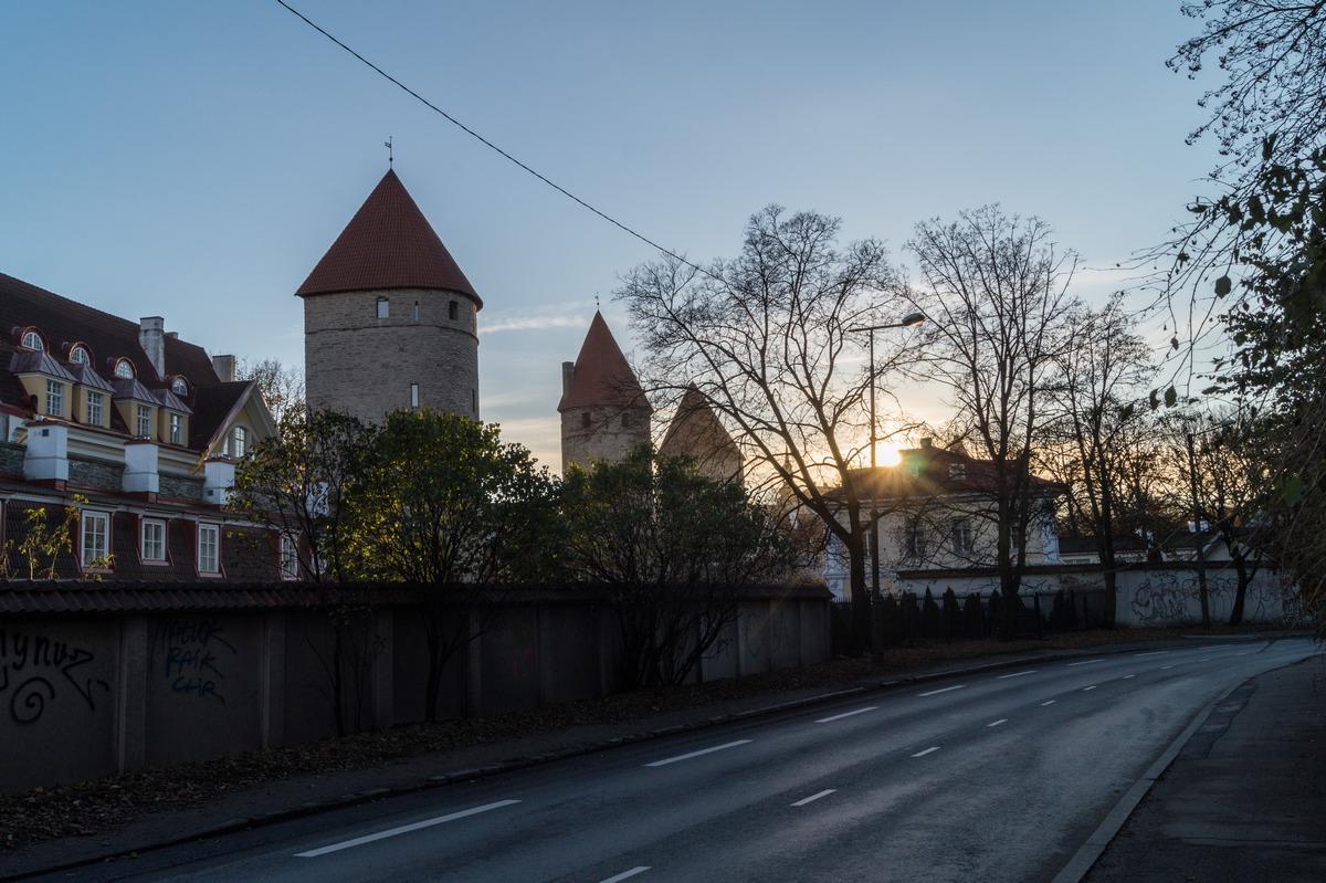 Башни Старого Таллина среди современного города.