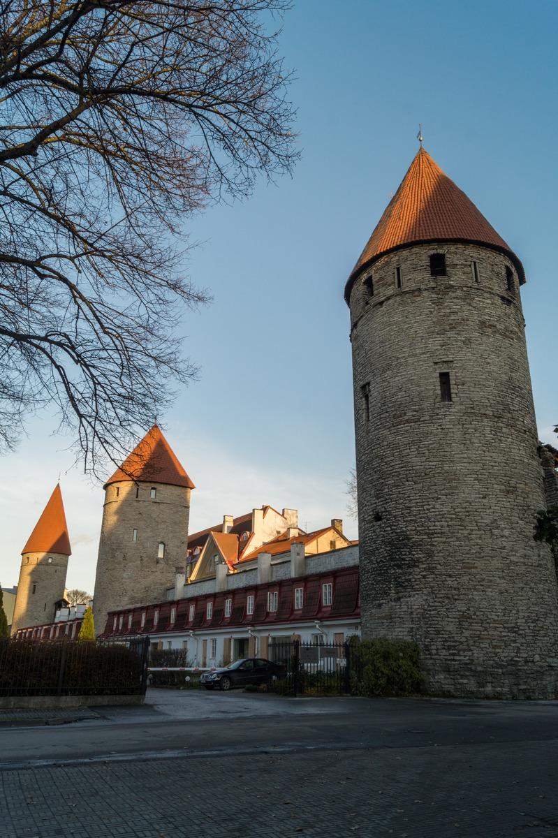 Таллин. Старые башни и как бы старые стены средневековой крепости.