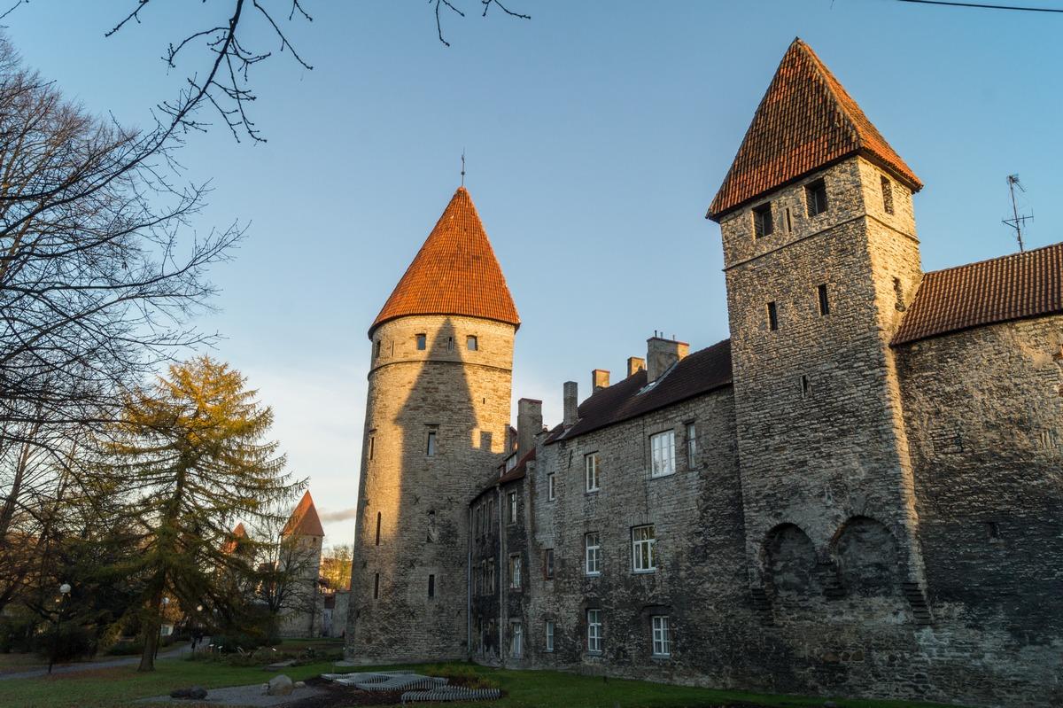 Таллин. У средневековых башен на закате.