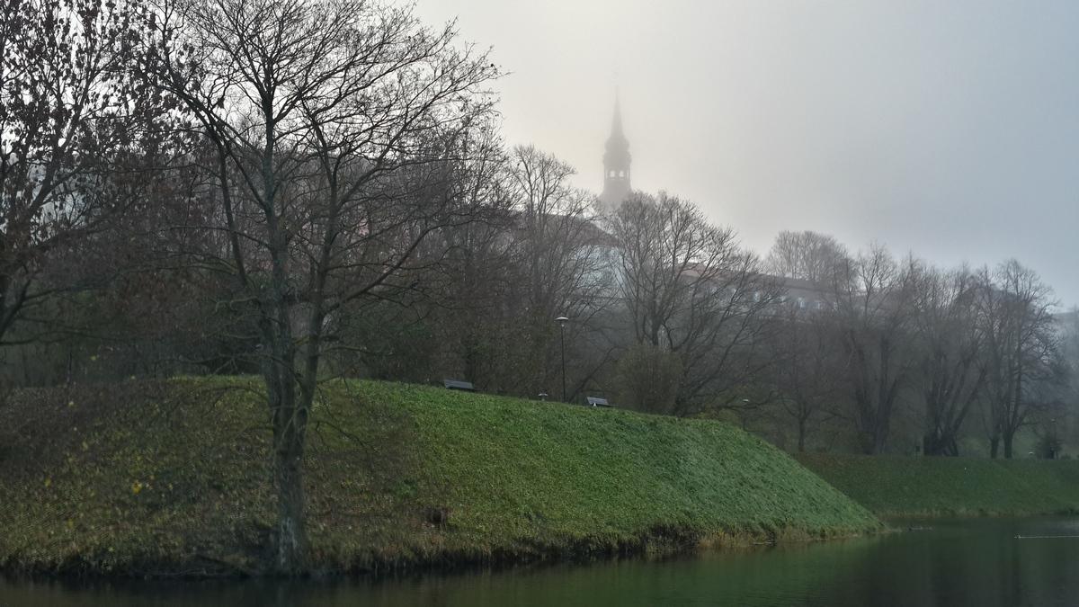 Таллин. Пруд Шнелли и туманное утро. И загадочный Домский собор.