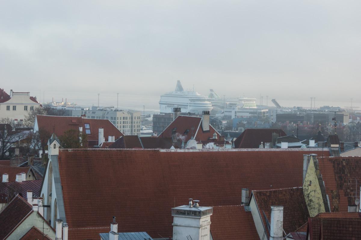 Таллин. Туманное утро. Вид на Нижний город и пассажирский порт со смотровой площадки у дома Стенбока.