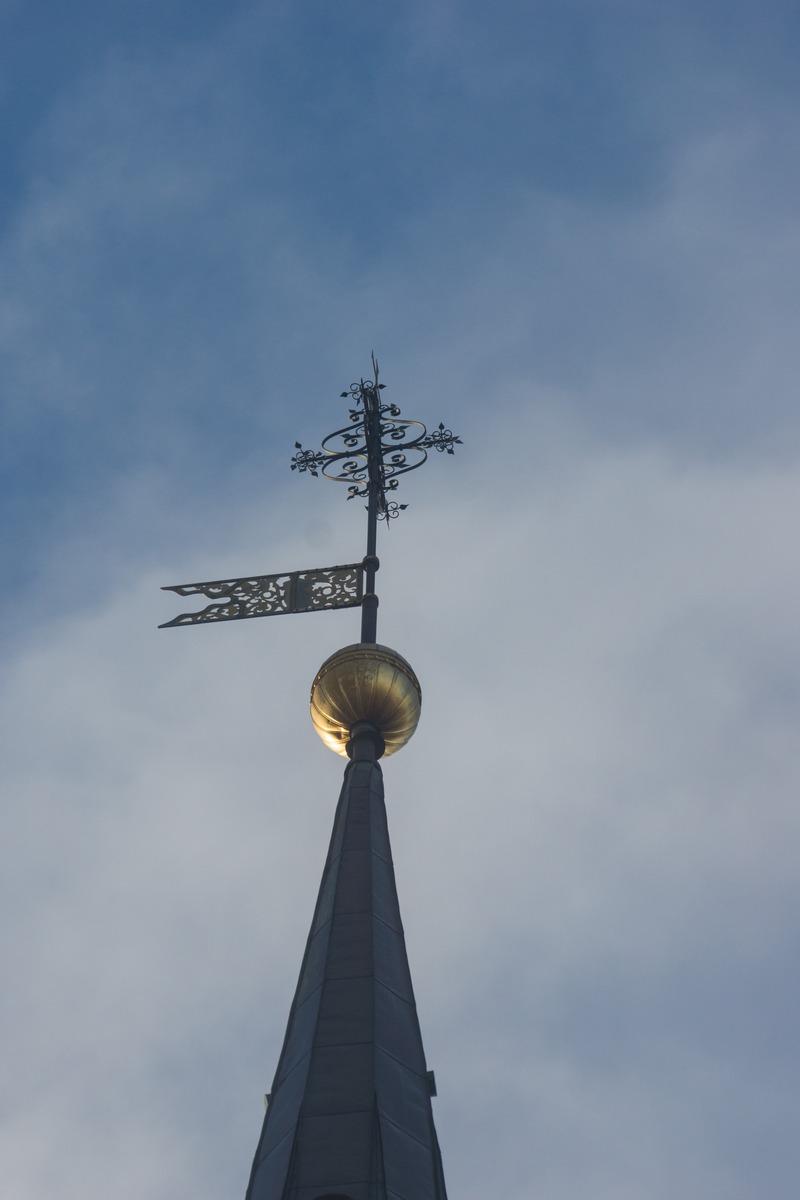 Таллин. Флюгер на шпиле башни церкви Нигулисте.
