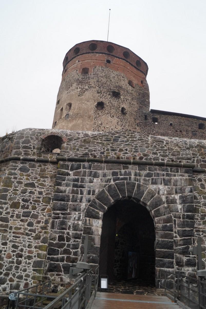 Финляндия. У входа в крепость Олавинлинна.