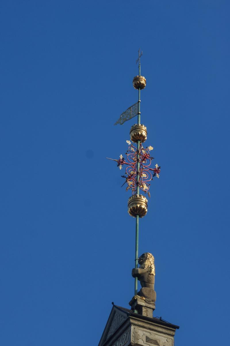 Таллин. У Ратушной площади. Богатая фантазия создателей флюгера на здании Ратуши.