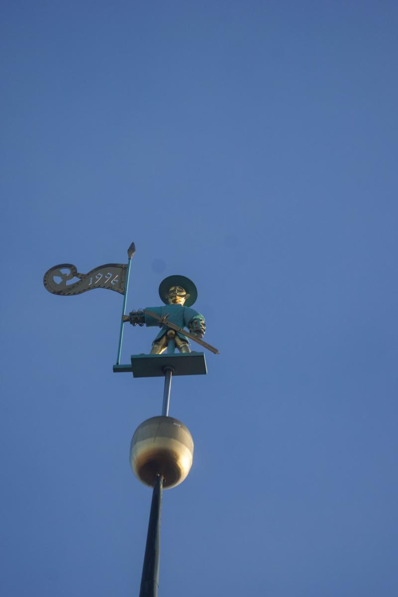 Таллин. Флюгер Стары Тоомас на башне Ратуши.