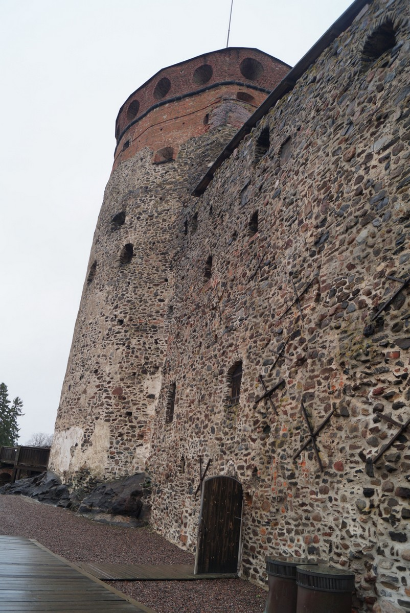Финляндия. В крепости Олавинлинна. У башни.