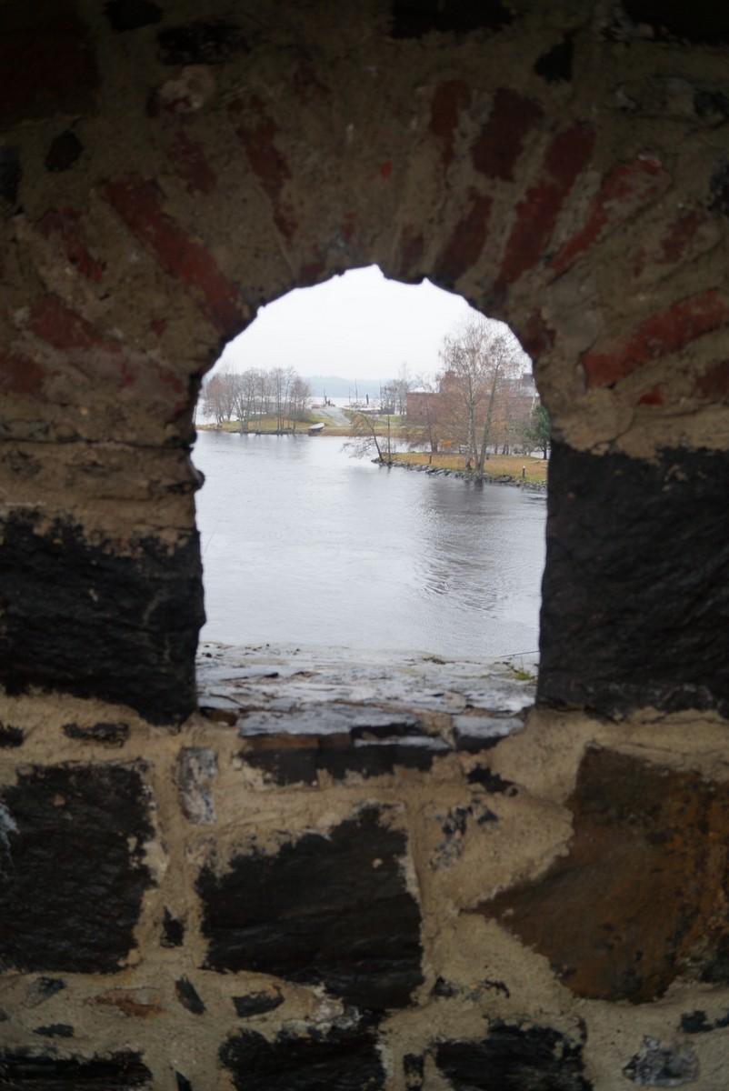 Финляндия. В крепости Олавинлинна. Вид на озеро из бойницы.