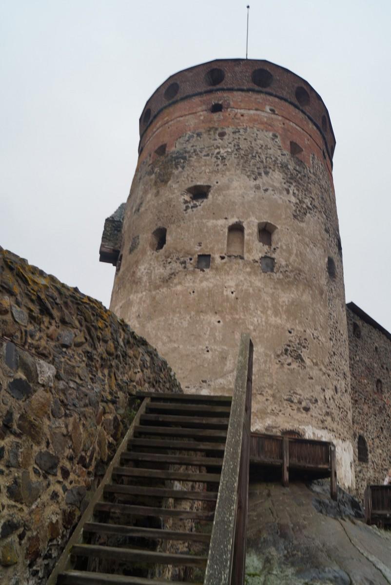 Финляндия. В крепости Олавинлинна. Чуть выше, к башне.