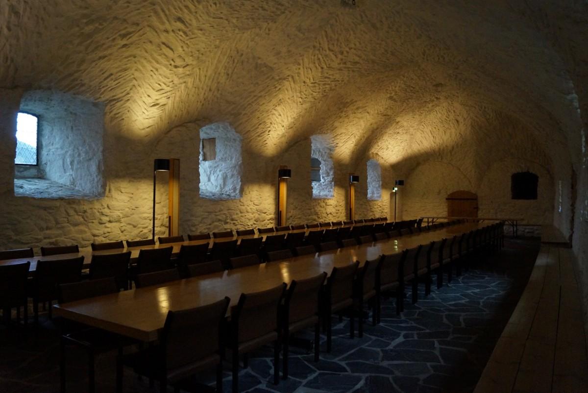 Финляндия. В крепости Олавинлинна. Обеденный зал. Но без дичи, паштетов и прочего сытного угощения.