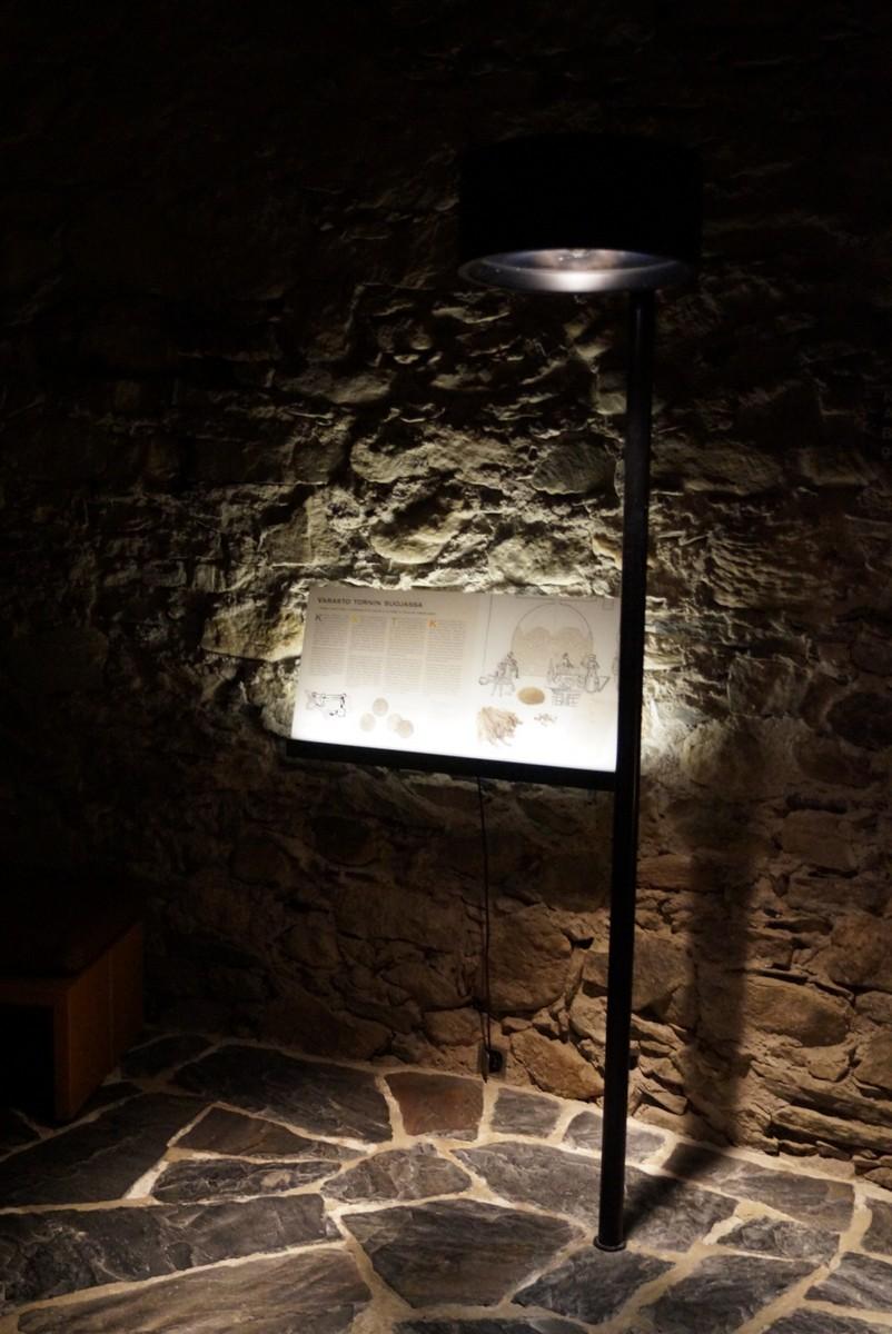 Финляндия. В крепости Олавинлинна. Внутри башни при свете факелов. Информация для туристов.