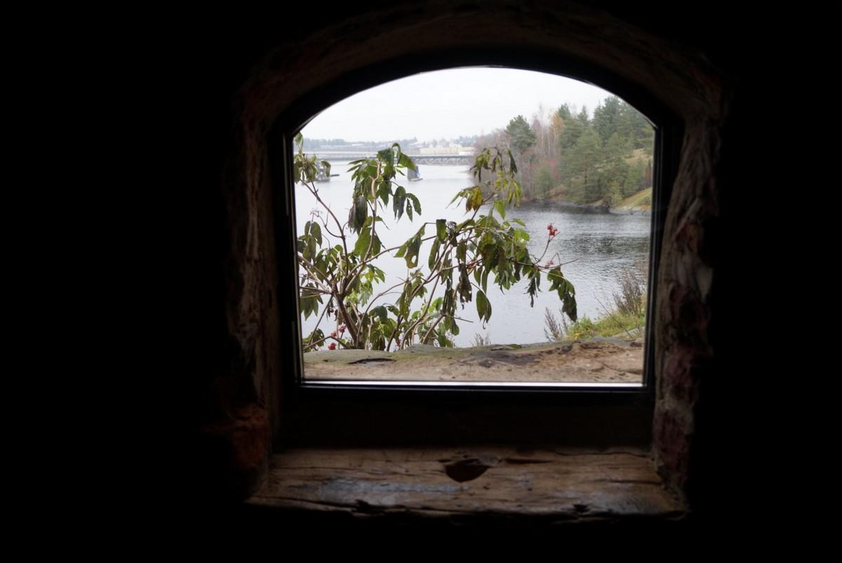 Финляндия. В крепости Олавинлинна. У окошечка. Романтичное увядание. Это вам не Италия.