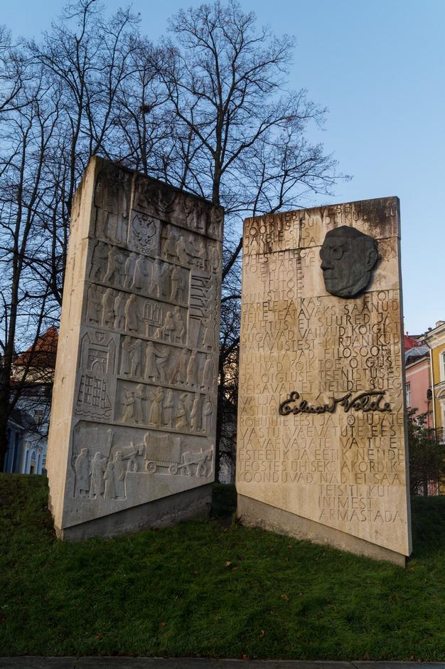 Таллин. Памятник писателю Эдуарду Вильде.