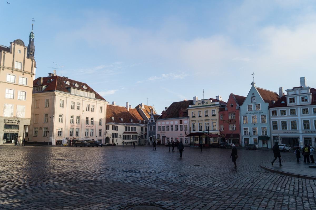 Таллин. На Ратушной площади утром.