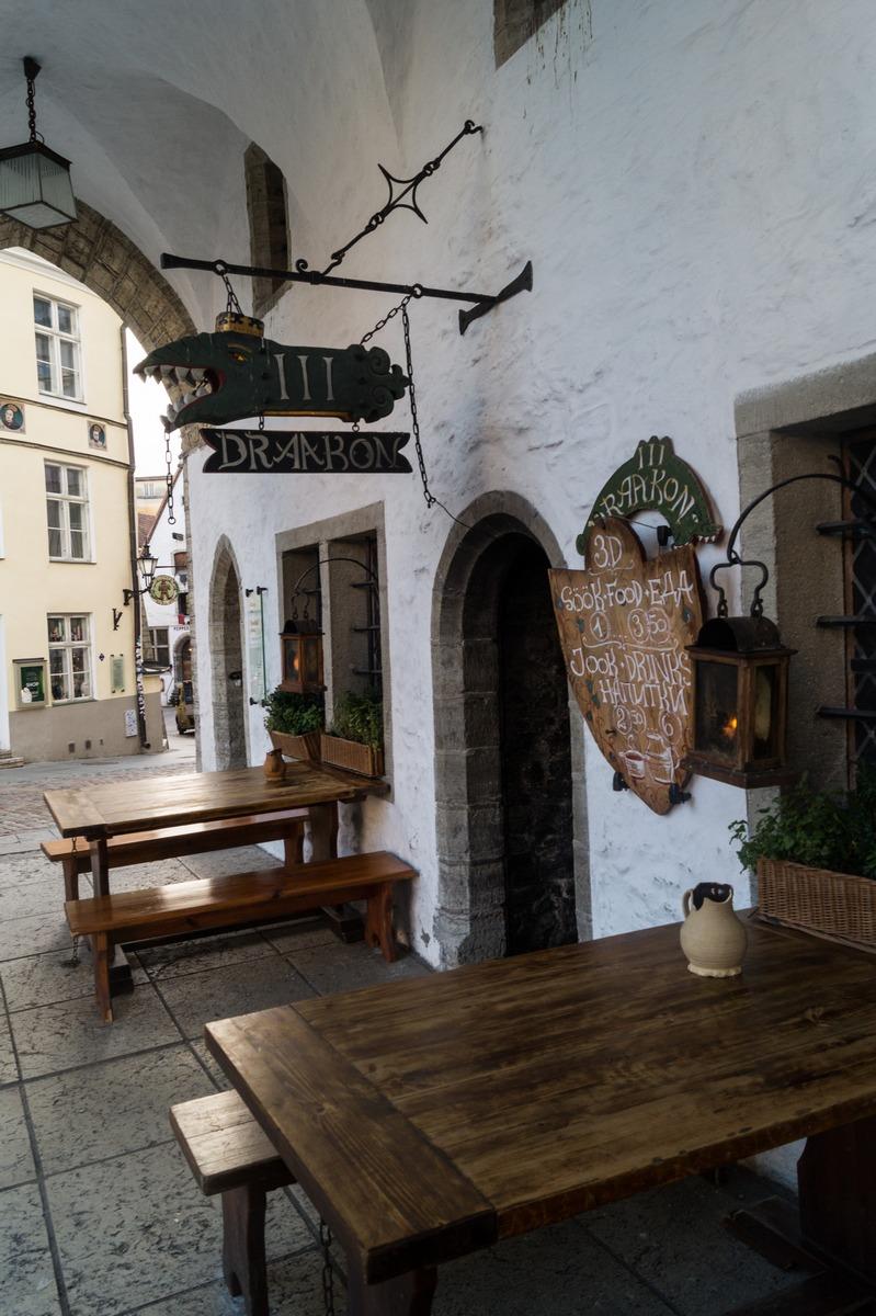 Таллин. У кафе Дракон в здании Ратуши.